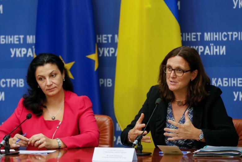 EU Trade Commissioner Cecilia Malmstrom (R) and Vice Prime Minister of Ukraine for European and Euro-Atlantic Integration Ivanna Klympush-Tsintsadze attend a news conference in Kiev, Ukraine September 30, 2016. REUTERS/Valentyn Ogirenko