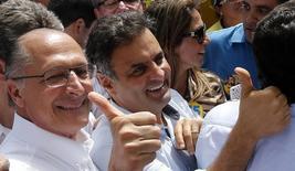 Governador de São Paulo, Geraldo Alckmin (E) e senador Aécio Neves (D) durante evento de campanha em 2014 01/10/2014 REUTERS/Paulo Whitaker