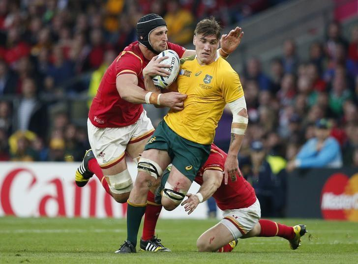 Australia's Sean McMahon in action with Wales' Luke Charteris (L). Action Images via Reuters / Andrew Couldridge Livepic
