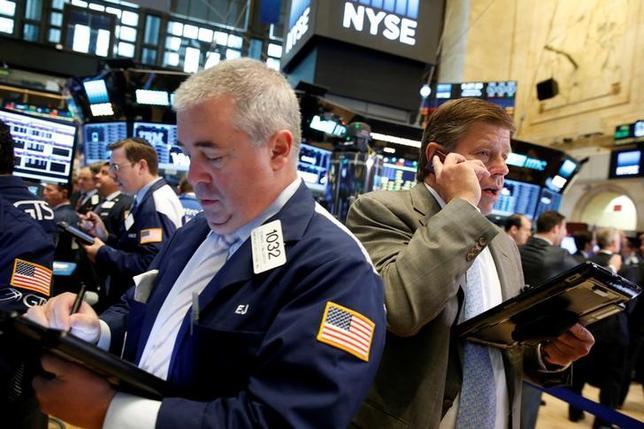 9月30日、翌週の米国株式市場では、モーゲージ担保証券(MBS)の不正販売問題に絡み、米司法省から巨額の支払いを要求されているドイツ銀行の問題の行方が株価を左右しそうだとみられている。ニューヨーク証券取引所で9月撮影(2016年 ロイター/Brendan McDermid)