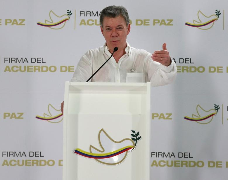 Colombia's President Juan Manuel Santos gestures during a news conference in Cartagena, Colombia, September 25, 2016. REUTERS/John Vizcaino
