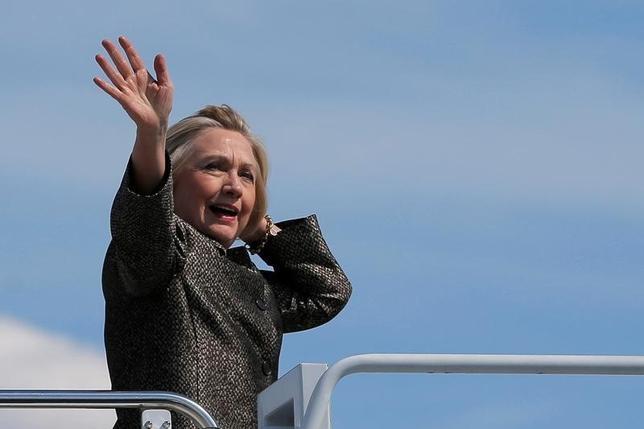 10月3日、米大統領選の民主党候補、ヒラリー・クリントン氏はオハイオ州で予定している演説で、消費者の「悪徳企業」に対する提訴を容易にする計画を発表する。ノースカロライナ州シャーロッテで選挙活動用飛行機に搭乗するクリントン氏。2日撮影(2016年 ロイター/Brian Snyder)