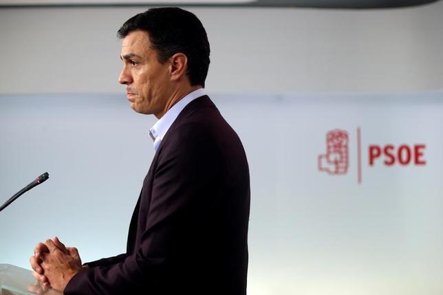 10月1日、スペイン最大野党・社会労働党のサンチェス党首が辞任した。与党・国民党による新政権が発足し、9カ月間にわたる政治的空白が解消する可能性が高まっている。写真はマドリッドの社会労働党本部で辞任を発表する同党首(2016年 ロイター/Susana Vera)