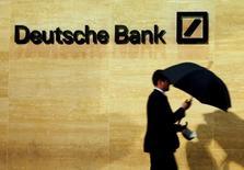 Deutsche Bank se démène pour parvenir avant l'élection présidentielle du 8 novembre à un accord à l'amiable avec les autorités américaines, qui réclament 14 milliards de dollars (12,5 milliards d'euros) à la première banque allemande pour régler un litige lié à la vente de titres adossés à des créances hypothécaires. /Photo d'archives/REUTERS/Luke MacGregor