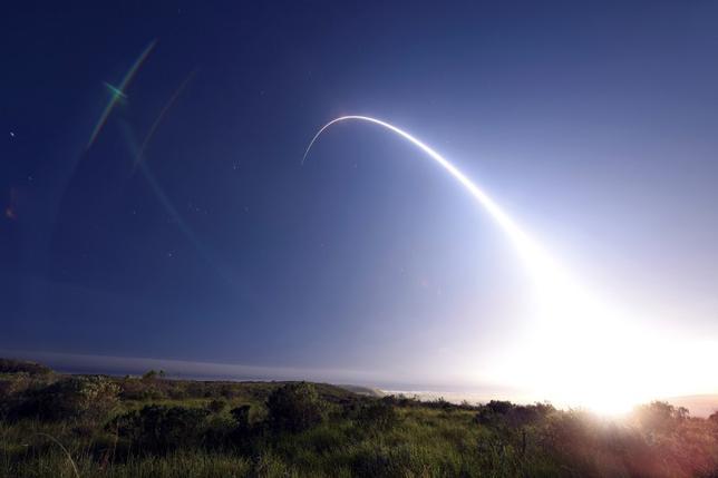 9月26日、国防当局者や専門家のあいだでは、予算の制約上、次期大統領はほぼ確実に、オバマ政権が計画した米国の核戦力の維持・近代化の是非と、実施するならばどの程度のペースで進めるのかという決断を迫られるだろうという観測が広がっている。写真は、非武装の大陸間弾道ミサイル「ミニットマンIII」の発射実験。米カリフォルニア州バンデンバーグ空軍基地で2月撮影。米空軍提供(2016年 ロイター/Kyla Gifford/U.S. Air Force Photo/Handout via Reuters)