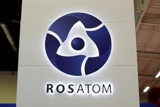 """Логотип Росатома на Всемирной ядерной выставке 2014.  Российский атомный гигант Росатом отправил представителей для встречи с властями Чили, чтобы обсудить """"сотрудничество в возможных проектах в области добычи лития"""", сообщил правительственный портал в выходные. REUTERS/Benoit Tessier/File Photo"""