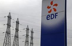 EDF va récupérer environ un milliard d'euros auprès de ses clients français après une hausse rétroactive des factures imposée au gouvernement par le Conseil d'Etat, selon deux arrêtés publiés au Journal officiel  /Photo prise le 18 janvier 2016/REUTERS/Jacky Naegelen