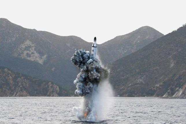 10月3日、北朝鮮の弾道ミサイル開発が日本の予想を上回るペースで進んでいる。自衛隊は迎撃ミサイルの能力向上を計画しているが、着手するのは今のところ来年度から。写真は朝鮮中央通信(KCNA)提供(2016年 ロイターKCNA/File Photo via REUTERS.)