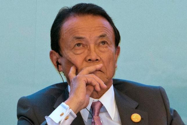 10月4日、麻生太郎財務相は閣議後会見で、米ワシントンで今週開かれる20カ国・地域(G20)財務相・中央銀行総裁会議に関し、「日本としては経済状況、経済政策について説明を行う」との考えを示した。7月撮影(2016年 ロイター/Ng Han Guan/Pool)