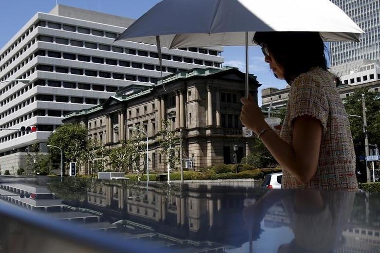 2015年7月15日,一名女子经过日本央行总部大楼。REUTERS/Yuya Shino