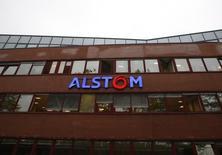 Alstom, à suivre mardi à la Bourse de Paris. Le plan de sauvetage du site de Belfort d'Alstom qui doit être présenté à la mi-journée par le secrétaire d'Etat à l'Industrie Christophe Sirugue comprend une commande publique de 16 rames de TGV et de leurs 32 motrices, selon des sources proches du dossier. /Photo prise le 15 septembre 2016/REUTERS/Jacky Naegelen