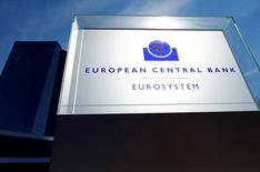 Штаб-квартира ЕЦБ во Франкфурте-на-Майне. Европейский центральный банк готовится удерживаться ставки на низком уровне, пока инфляция не вернётся к целевому показателю, сказал главный экономист ЕЦБ во вторник, отметив, что регулятор не должен заниматься поддержкой низкой прибыли банков.  REUTERS/Ralph Orlowski/File Photo