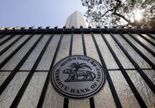 Le nouveau comité de politique monétaire de la banque centrale indienne a annoncé mardi une baisse surprise de son taux directeur de 25 points de base, à 6,25%. /Photo prise le 2 février 2016/REUTERS/Danish Siddiqui