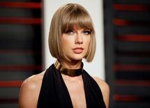 Taylor Swift chega para evento em Beverly Hills.  28/2/2016.  REUTERS/Danny Moloshok