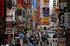 L'activité des services au Japon a connu en septembre sa contraction la plus forte en plus de deux ans. L'indice de l'enquête IHS/Markit auprès des directeurs d'achat a chuté le mois dernier à 48,2 contre 49,6 en août. /Photo prise le 29 septembre 2016/REUTERS/Toru Hanai