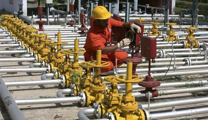 An engineer of Oil and Natural Gas Corp (ONGC) works inside the Kalol oil field in Gujarat September 12, 2009. REUTERS/Amit Dave/Files