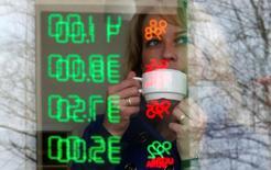 Женщина на АЗС Ростех во Владимире. 14 апреля 2016 года. Деловая активность в российском секторе услуг продолжила расти в сентябре, хотя рост слегка замедлился по сравнению с августом, согласно опросу, проведенному Markit. REUTERS/Sergei Karpukhin/File Photo