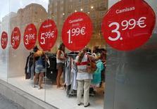 El sector servicios en España siguió creciendo a un ritmo sólido en septiembre, según una encuesta publicada el miércoles, que podría ayudar a mitigar la preocupación de que el bloqueo político que vive el país dañe la recuperación económica. En la imagen, gente dentro de una tienda en el centro de Madrid, España, el 25 de agosto de 2016. REUTERS/Andrea Comas