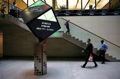 Холл Лондонской фондовой биржи. Европейские фондовые рынки начали торги среды отрицательной динамикой индексов из-за беспокойства о будущем программы скупки облигаций ЕЦБ, в то время как акции Tesco выросли благодаря оптимистичным данным о прибыли.   REUTERS/Suzanne Plunkett/File photo