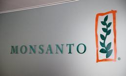 Monsanto, qui a accepté le mois dernier d'être racheté par le groupe chimique allemand Bayer pour 66 milliards de dollars (près de 59 milliards d'euros), a annoncé mercredi une contraction de sa perte trimestrielle avec la progression de ses volumes de ventes de semences céréalières et une baisse de ses dépenses. /Photo d'archives/REUTERS/Denis Balibouse