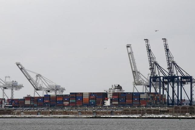 10月5日、8月の貿易収支の赤字額は前月比3.0%増の407億2500万ドルだった。NYの港湾施設。1月撮影(2016年 ロイター/Brendan McDermid)