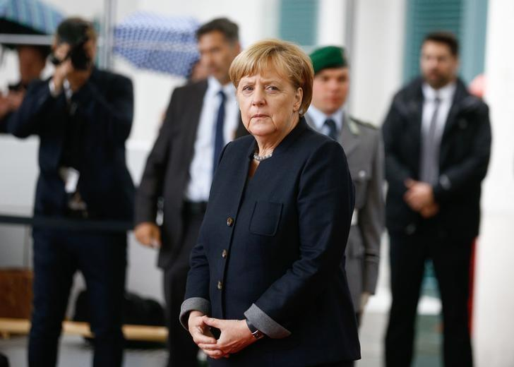 German Chancellor Angela Merkel awaits the arrival of Queen Silvia and King Carl XVI Gustaf of Sweden at the Chancellery in Berlin, Germany, October 5, 2016.      REUTERS/Axel Schmidt