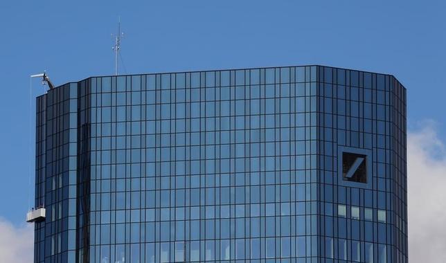 10月5日、ドイツ政府が、同国の銀行最大手ドイツ銀行のモーゲージ担保証券(MBS)の不正販売問題をめぐり、米当局と慎重な協議を進めていることが、独政府高官や関係筋の話から明らかになった。写真はフランクフルトのドイツ銀行本店(2016年 ロイター/Kai Pfaffenbach)