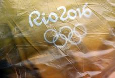 Cartaz da Rio 2016 em disputa do polo aquático. 10/08/2016.  REUTERS/Kai Pfaffenbach