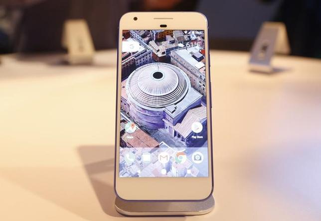 10月4日、米アルファベット傘下のグーグルが4日発表した新型スマートフォン「ピクセル」は、アップルの「iPhone(アイフォーン)」に対抗することに狙いを定めている。写真は米カリフォルニア州サンフランシスコで4日に開かれたグーグルのイベントで展示されたピクセル(2016年 ロイター/Beck Diefenbach)