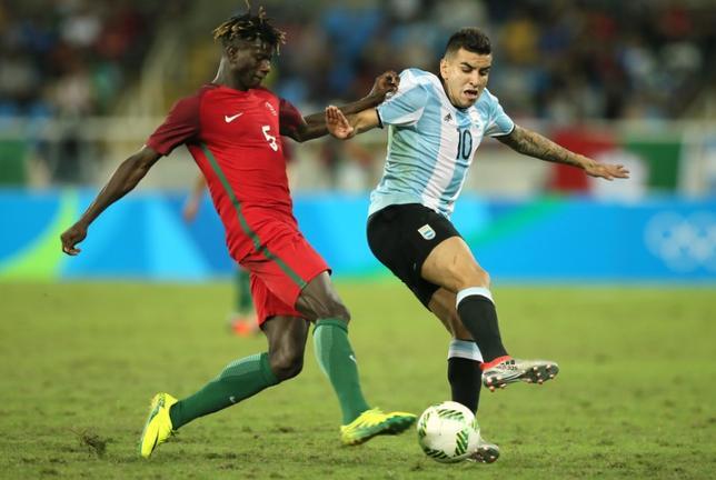 10月5日、サッカーのアルゼンチン代表FWアンヘル・コレア(右)は、2018年W杯南米予選のペルー戦を6日に控え、故障で離脱しているFWリオネル・メッシの穴を埋める用意は万全だと述べた。リオデジャネイロで8月撮影(2016年 ロイター/GonzaloFuentes)