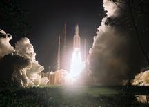 Le lanceur européen Ariane 5 a réussi mercredi sa cinquième mission de l'année,  avec la mise sur orbite de deux satellites de télécommunications, pour le compte de l'opérateur australien NBN et pour l'agence spatiale indienne Isro. Le lanceur a décollé à 17h30 heure locale (20h30 GMT), du centre spatial de Kourou en Guyane française. L'annonce du succès de la mission a été nourri par les applaudissements du public de la salle des opérations Jupiter. /Photo d'archives/REUTERS/CNES/CSG