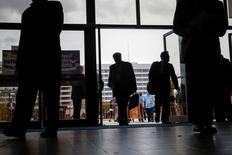 Personas entrando a una feria de empleos en Uniondale, Nueva York. 7 de octubre de 2014. La cantidad de estadounidenses que pidieron subsidios por desempleo cayó sorpresivamente la semana pasada a cerca de un mínimo de 43 años, en un indicio de firmeza del mercado laboral que respaldaría un aumento de las tasas de interés antes de fin de año por parte de la Reserva Federal. REUTERS/Shannon Stapleton