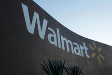 Магазин Wal-Mart в Монтеррее, Мексика. Wal-Mart Stores Inc в четверг ухудшил прогноз прибыли на два следующих финансовых года в связи с инвестициями в интернет-подразделение и сообщил, что процесс открытия новых магазинов замедлится.   REUTERS/Daniel Becerril