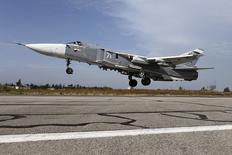 Истребитель Су-24 взлетает с авиабазы РФ в Сирии. Минобороны РФ предупредило США от ударов по позициям сирийских войск, заявив, что расценит это как угрозу российскими военным.  REUTERS/Ministry of Defence of the Russian Federation/Handout via Reuters