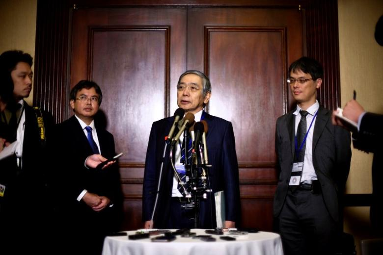 Bank of Japan Governor Haruhiko Kuroda (C) speaks to reporters at the Willard Intercontinental Hotel during the annual meetings of the IMF and World Bank Group in Washington, October 6, 2016. REUTERS/James Lawler Duggan