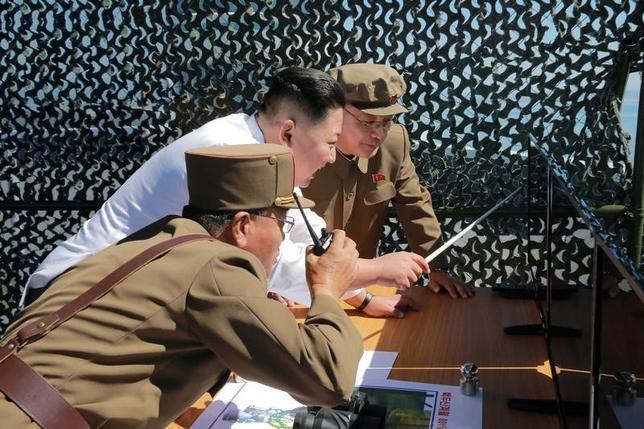10月7日、日本政府は、北朝鮮が近く弾道ミサイルの発射などを行う可能性があるとして警戒を強めている。写真は新しいロケットエンジンの発射演習を監督する金正恩労働党委員長。東倉里ミサイル発射基地で撮影された。KCNA9月提供(2016年 ロイター)