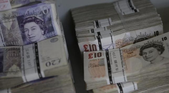 10月6日、浅川雅嗣財務官は、20カ国・地域(G20)財務相・中央銀行総裁会議が開かれた米ワシントンで、足元のポンド安に関し、英国の欧州連合(EU)離脱の影響は「中長期的に腰を据えて見る必要がある」との認識を示した。写真はウイーンで2013年7月撮影(2016年 ロイター/Leonhard Foeger)