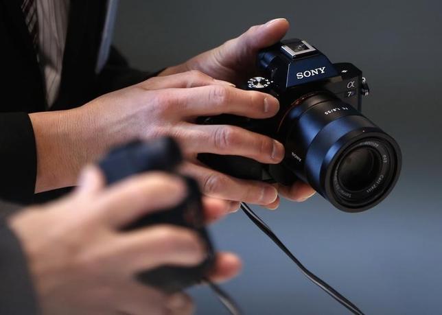 10月7日、ソニーはスマートフォンやデジタルカメラに塔載されるイメージセンサーの生産について、2016年度下期に自社工場でフル操業に引き上げる見込みだ。写真のデジタルカメラはソニー都内本社で2015年2月撮影(2016年 ロイター/Yuya Shino)