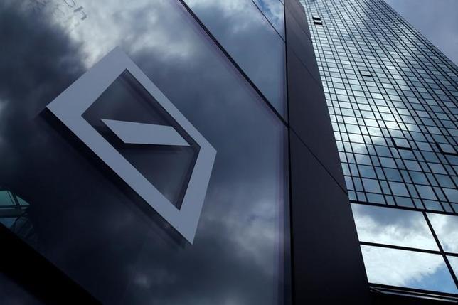 10月7日、英フィナンシャル・タイムズ(FT)紙は、関係筋の話として、ドイツ銀行が資本強化策の一つとして、資産管理事業のスピンオフ(分離・独立)を検討していると報じた。写真はフランクフルトで昨年6月撮影(2016年 ロイター/Ralph Orlowski )