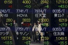 Экран брокерской конторы с рыночными котировками. Токио, 10 февраля 2016 года. Японские акции снизились в пятницу, в то время как инвесторы сохраняли осторожность в ожидании отчета о занятости в США, который может оказать воздействие на динамику рынков рисковых активов в краткосрочной перспективе. REUTERS/Thomas Peter