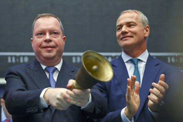 Peter Terium, chief executive of German power supplier RWE and Carsten Kengeter (R), CEO of Deutsche Boerse ring the bell at the first trading day of shares of German energy supplier RWE's new ecological daughter Innogy at the stock exchange in Frankfurt, Germany, October 7, 2016.    REUTERS/Kai Pfaffenbach