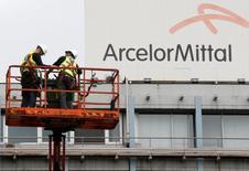 ArcelorMittal est une valeur à suivre en Bourse de Paris vendredi à la mi-séance et gagne plus de 4%. Le secteur des matières premières est l'un des rares à progresser, porté par la décision de l'Union Européenne d'imposer des droits anti-dumping provisoires, un mois plus tôt qu'attendu, sur deux catégories d'acier importé de Chine.  /Photo prise le 7 juillet 2016/REUTERS/François Lenoir