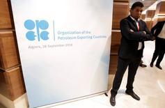 Les analystes ne sont pas persuadés que la proposition de l'Opep de réduire la production pour la première fois depuis 2008 fasse beaucoup monter les prix pétroliers, montre une enquête Reuters publiée vendredi. /Photo prise le 28 septembre 2016/REUTERS/Ramzi Boudina
