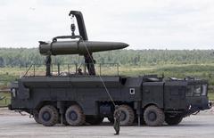 """Российские военные готовят тактическую ракетную систему """"Искандер"""" к показу на международном военно-техническом форуме в Кубинке под Москвой 17 июня 2015 года. Россия в субботу объяснила переброску """"Искандеров"""" ближе к ЕС учениями и сообщила, что потренировалась в наведении на американский """"разведывательный"""" спутник. REUTERS/Sergei Karpukhin"""