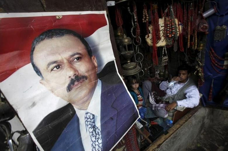 A poster of Yemen's former President Ali Abdullah Saleh is seen on a door of a shop in an old quarter of Yemen's capital Sanaa, April 21, 2016. REUTERS/Mohamed al-Sayaghi
