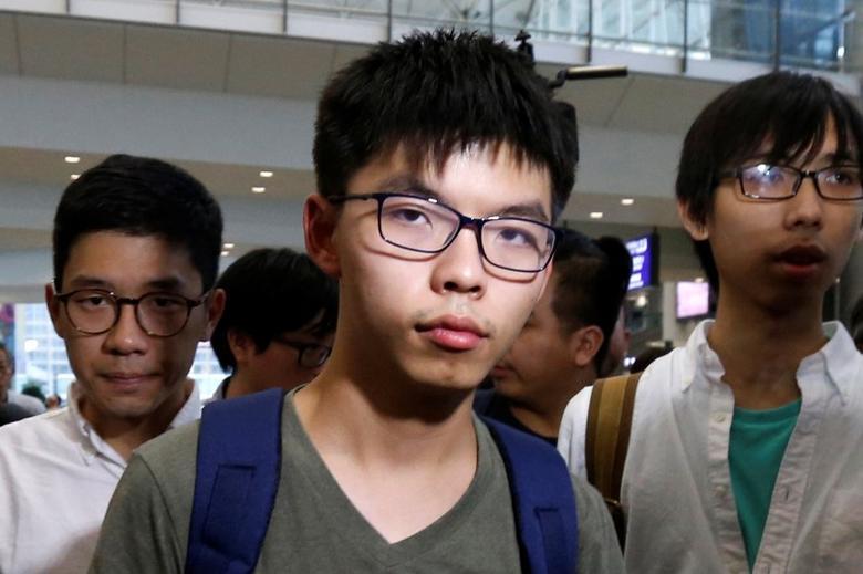 Pro-democracy activist Joshua Wong, followed by Demosisto Chairman Nathan Law (L), arrives at Hong Kong Airport in Hong Kong, China October 5, 2016, after being deported from Bangkok.      REUTERS/Bobby Yip