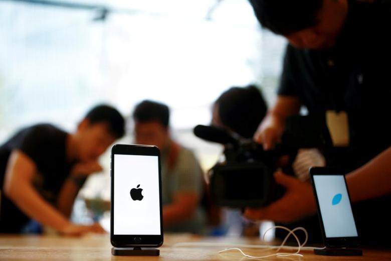 Members of the media film the new iPhone 7 at an Apple store in Beijing, China, September 16, 2016.  REUTERS/Thomas Peter/File Photo