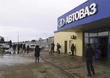 L'entrée d'une usine du constructeur automobile russe Avtovaz. Renault votera avec les autres actionnaires d'Avtovaz pour une recapitalisation de la société en difficulté à hauteur de 85 milliards de roubles (environ 1,1 milliard d'euros). Renault pourrait monter jusqu'à 72,5% du capital. /Photo d'archives/REUTERS/Gleb Stolyarov