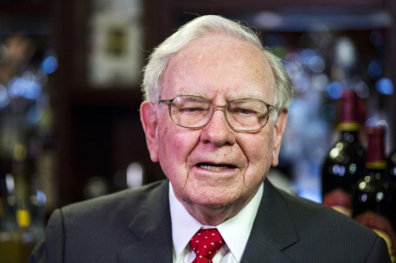 Warren Buffett, Chairman, CEO and largest shareholder of Berkshire Hathaway takes part in interviews before a fundraising luncheon for the nonprofit Glide Foundation in New York September 8, 2015.  REUTERS/Lucas Jackson/File Photo