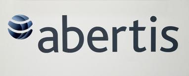 El logo de Abertis durante una conferencia de prensa en una reunión anual de la compañía en Barcelona, España. 12 de abril de 2016. El operador de autopistas español Abertis anunció el lunes la venta de un 20 por ciento de su filial chilena a Abu Dhabi Investment Authority (ADIA) por 495 millones de euros (554 millones de dólares). REUTERS/Albert Gea